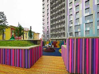 Яркий двор жилого комплекса ART